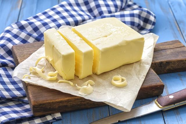 カッティングボードの上のバター