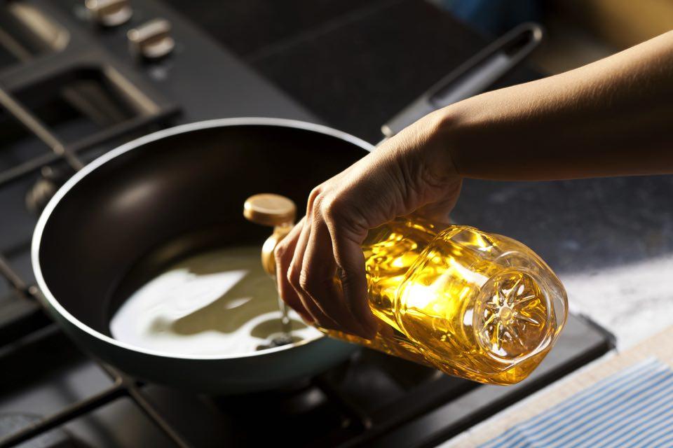 1. フライパンに油をなじませ、餃子を並べる
