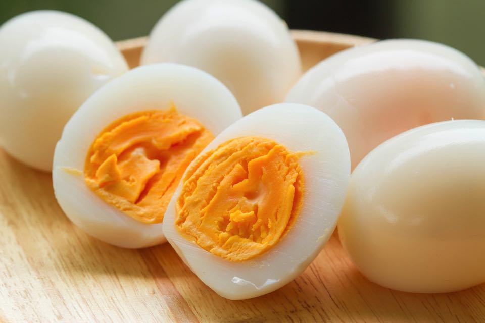 半分にカットされたゆで卵