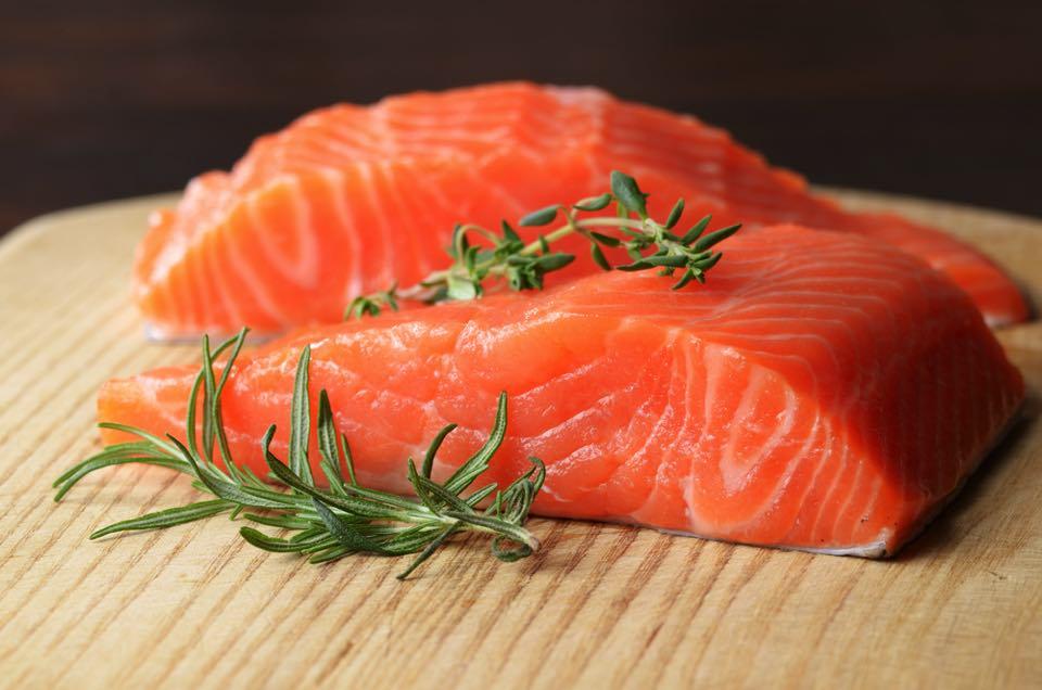 鮭の切り身とローズマリー