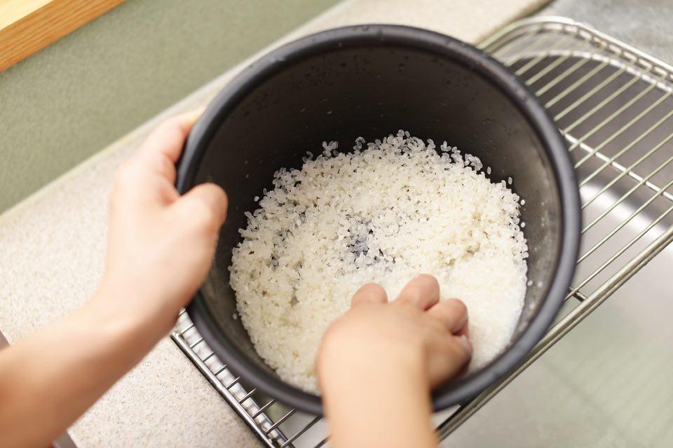 米を研いでる様子