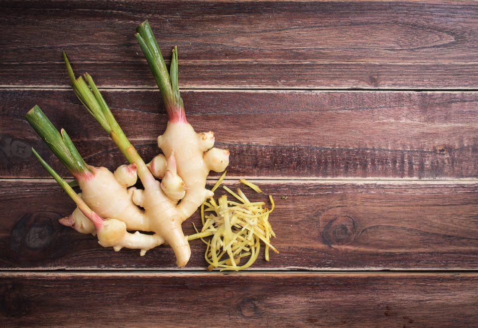 木の板に乗せられた生姜と刻まれた生姜