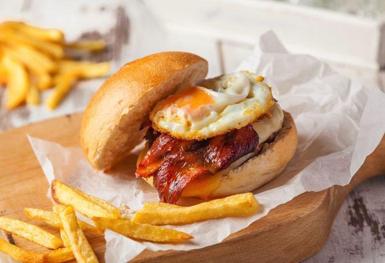 【管理栄養士執筆】ハンバーガーのカロリーや糖質量を種類別に紹介!カロリーオフする方法も必見の画像