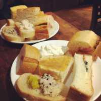 新宿「カフェランブータン」のランチは約30種類のパンが食べ放題♪