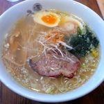 スープは綺麗に透き通った鶏と魚介の優しい味。塩角も無く円やか。体に染み込むような奥深い味わい。  麺は細めのストレートで少し透明度があり胚芽入り。 つるつるとした食感で適度にコシも有り美味しい。  東京都大田区北千束1-44-4 03-3723-0047 営業時間: [月・水~金]11:30~15:00、18:00~23:00 [土日祝]11:30~23:00 定休日:火曜日