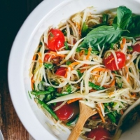 Thai Green Papaya Salad (Som Tam ส้มตำ)