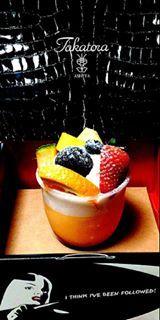 シュークリームの中のカスタードクリーム同様、こくのある味わいのプリンに「これでもか!」というくらいの生クリームとフルーツがぎっちり!
