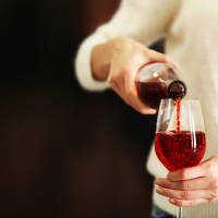 頑固に落ちない!「ワイン」の染み抜き法でお気に入りの洋服が復活