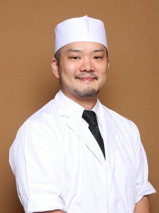 """1982年生まれ。 31歳 幼少期香港で育ち、日本文化、和食に興味を持つ。  帰国後大学進学。卒業後料理の世界に魅せられ、 料理の世界へ進む。京都高台寺和食店で修行。  東京に戻り、白金台プラチナ通りにある京都おばんざい料理店料理長を3年間勤め2010年10月に独立。現在に至る。  2009年10月より、""""お家でできる基本和食""""を  コンセプトにした料理教室を主催。  分担制ではなく、一人ひとり一から完成まで行う  料理教室を心がけている。  他業種の職人さんの思いに興味を持ち、交流。  プロフィール写真の割烹着は、服飾デザイナーさんとの コラボレーションによるオリジナル割烹着。  『地域に根ざしたお店』・『思いが伝わる料理』と 『お互いの記憶に残る接客』を心がけている。"""