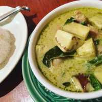 吉祥寺の「アムリタ食堂」は、若者からママまで集まるすてきなタイ料理店