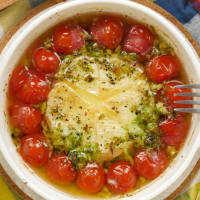 無限にバゲット!トマトと丸ごとカマンベールチーズアヒージョ