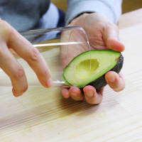 コップで3秒!アボカドの剥き方&種の取り方の簡単テク