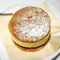 j.s.pancake cafeの「パンケーキパイ」が外サク中フワで大人気