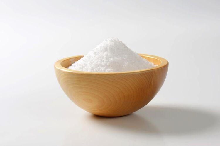 木製の器に盛られた塩