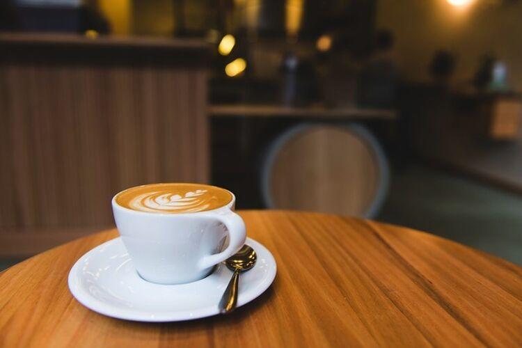木製のテイーブルに置かれたコーヒー