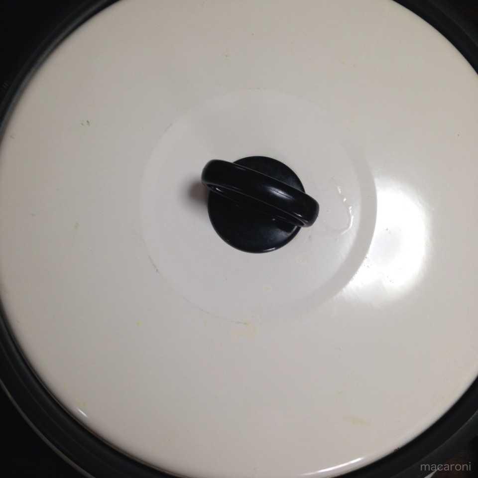 白いフタのフライパン