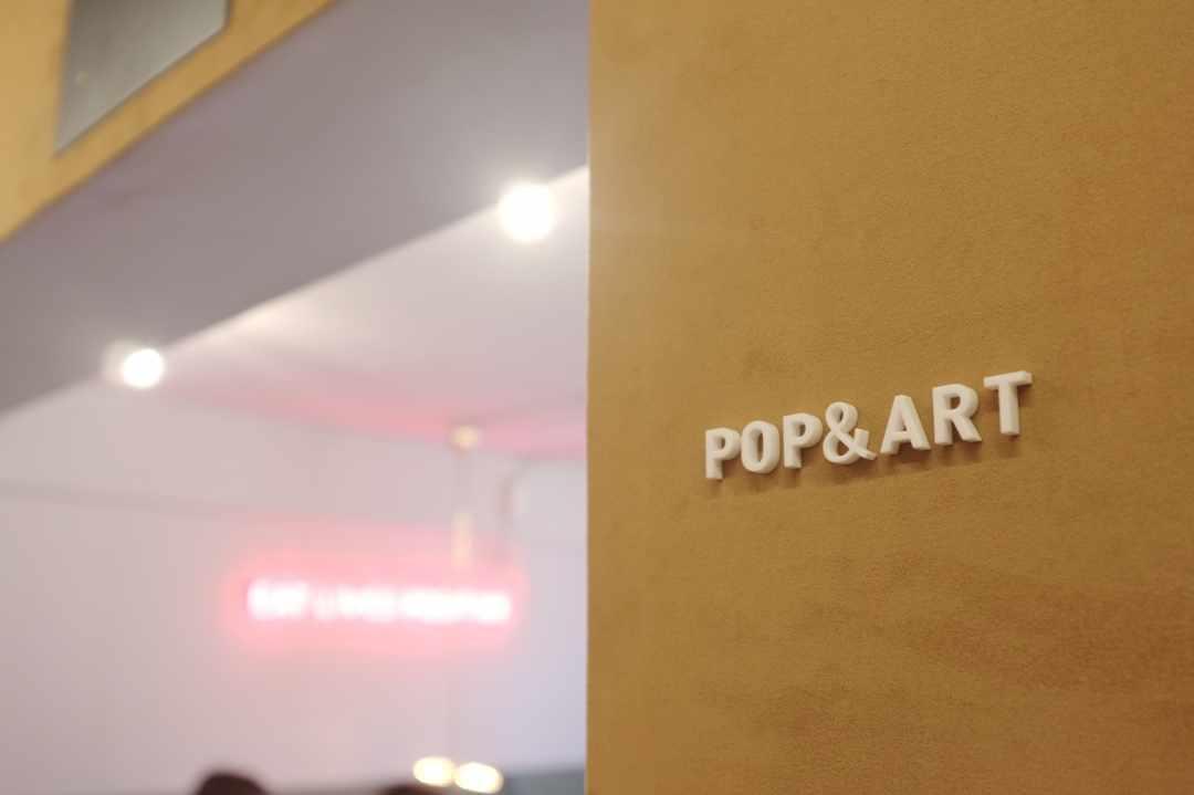 ネオンの光がカラフルな「POP & ART」