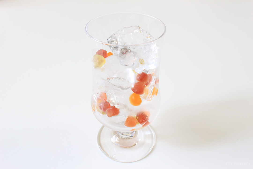 1. グラスに氷とグミを入れる。